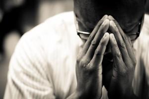 Hombre rezando a Jesús