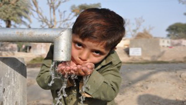 A-child-quenches-his-thirst-from-IR-hand-pump-Punjab